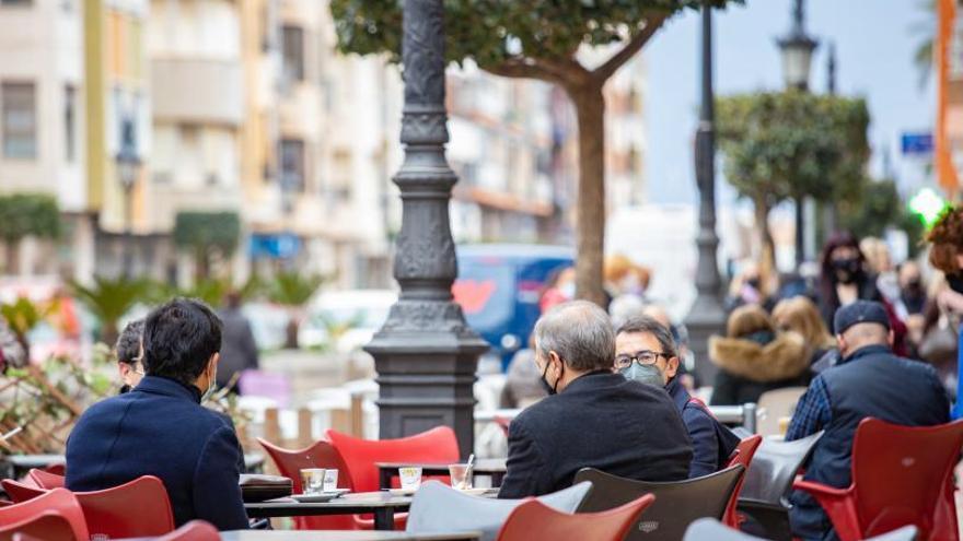 La apertura de los bares da la vida a las calles de la comarca