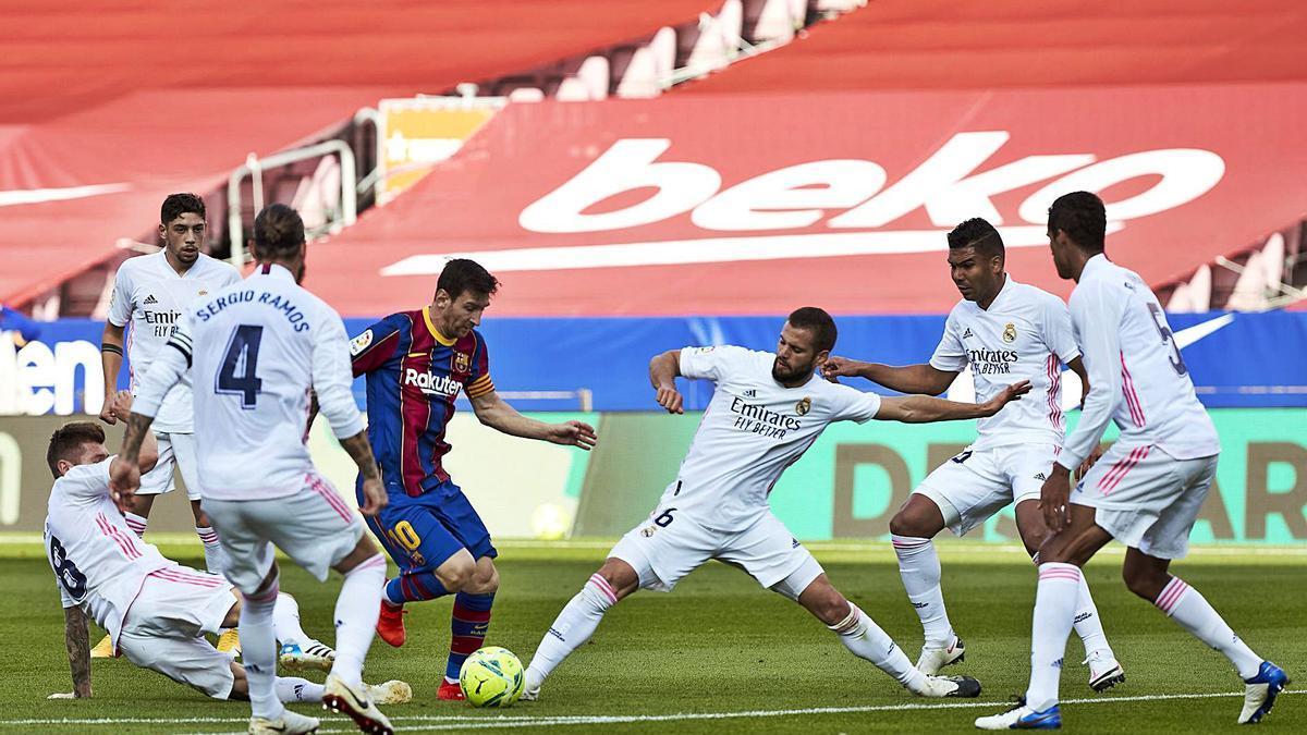 Messi trata de sortear a Nacho durante el clásico de la primera vuelta. |  // EFE