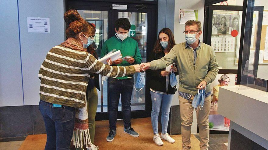 La UVigo entrega kits para la recogida de muestras mediante saliva