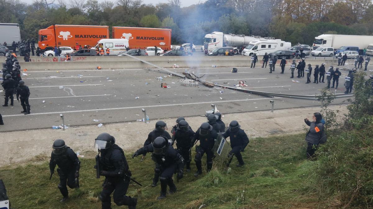 Mossos d'esquadra en un lateral de l'AP-7 durant l'actuació policial per desallotjar els manifestants que tallaven l'autopista a l'altura de Salt