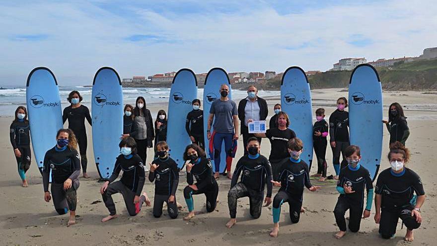 Alumnos de Caión reciben una clase práctica de surf