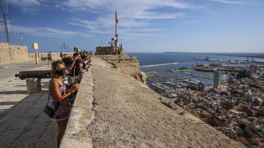 El Castillo de Santa Bárbara pasa de Cultura a Turismo para «fomentar su uso»