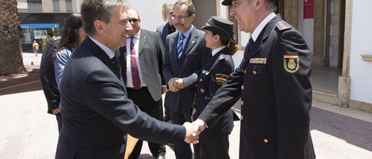 El director general de la Policía, Ignacio Cosidó, saluda al nuevo comisario de Puerto del Rosario, ayer.