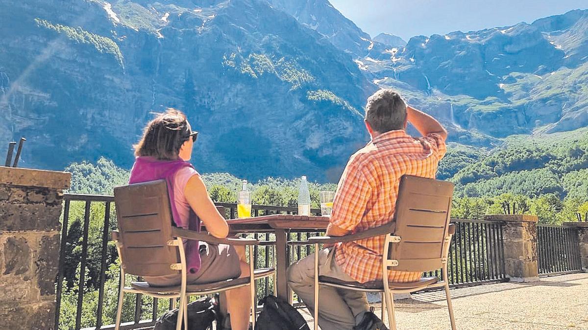Dos viajeros en el Parador Nacional de Pineta hacia la cascada del Cinca o Balcón de Pineta, ayer.