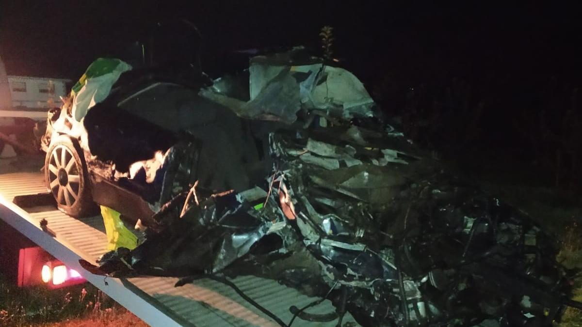 Estado en el que se quedó el vehículo siniestrado a bordo del que viajaba el joven estradense fallecido.