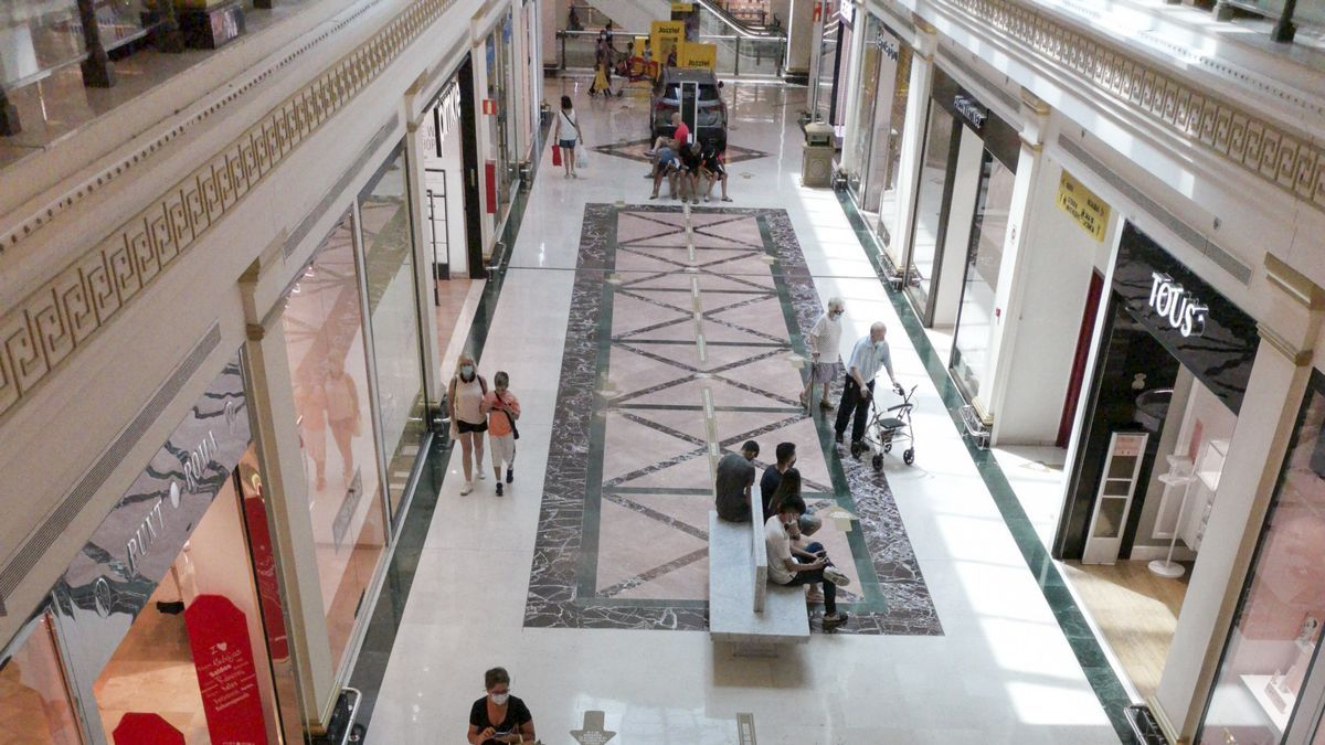 Clientes en un pasillo de un centro comercial de la provincia.