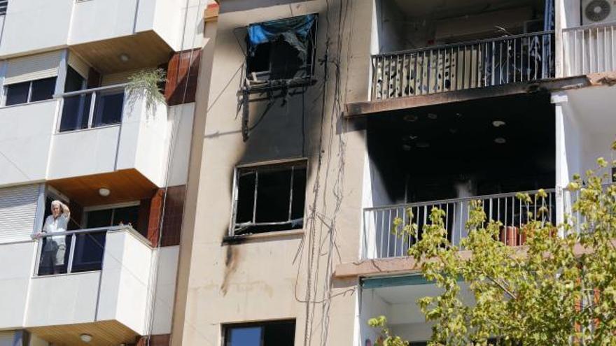 Los bomberos hallan un cadáver al apagar un incendio en un piso de Meliana