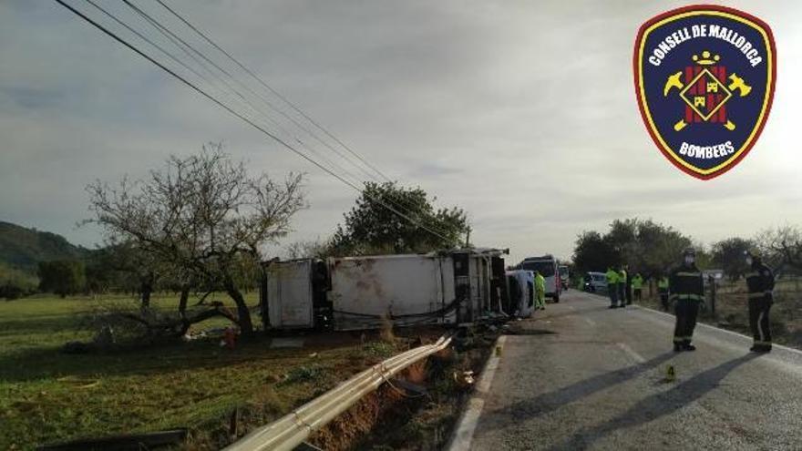 Un fallecido al volcar un camión de basura tras chocar con un coche en s'Esgleieta