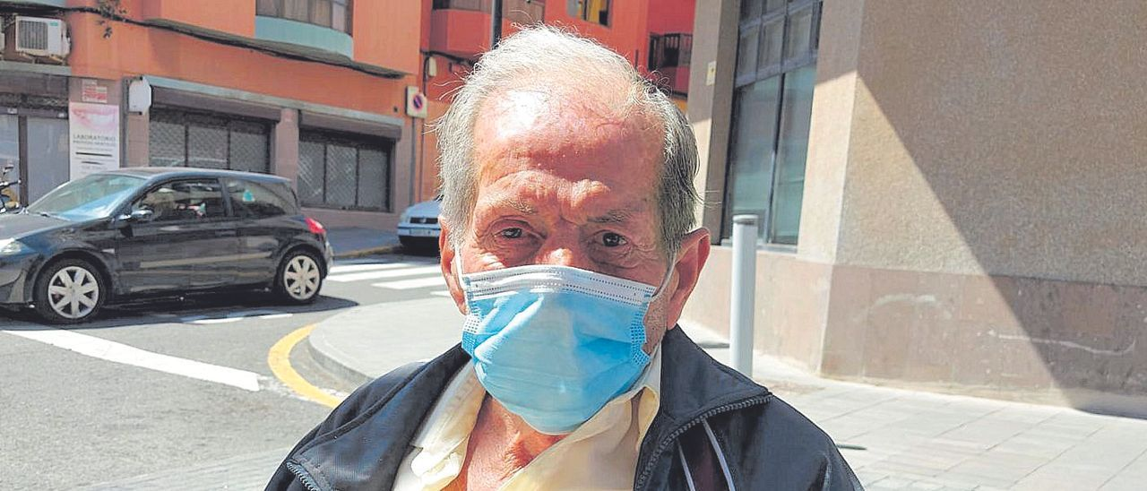 Francisco J.E,, un señor de 73 años que malvive en las calles del barrio de San Gregorio.