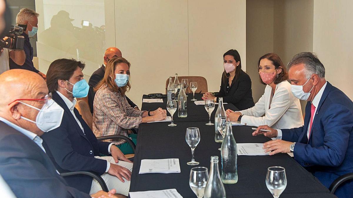 Marichal, en el centro a la izquierda de la mesa, se reunió ayer en Lanzarote con Reyes Maroto, Ángel Víctor Torres y Yaiza Castilla.