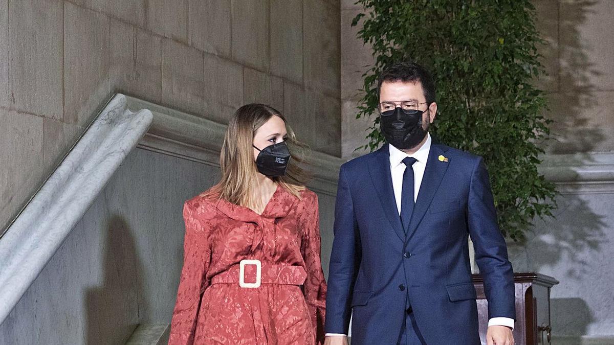 Pere Aragonès i la seva dona, Janina Juli, ahir al Parlament | FERRAN NADEU