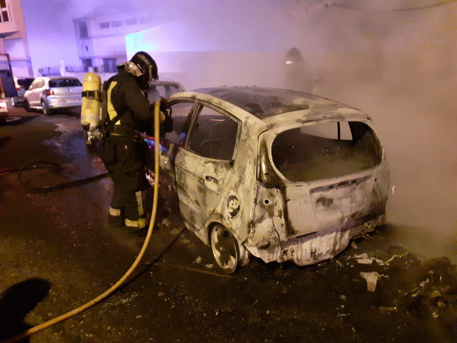 Dos coches afectados por el incendio de un contenedor en Tamaraceite