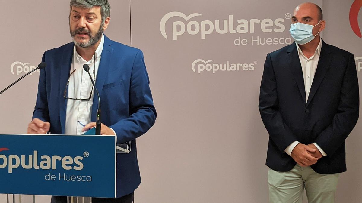 Gerardo Oliván y Juan Carlos Gracia Suso, este miércoles en Huesca.