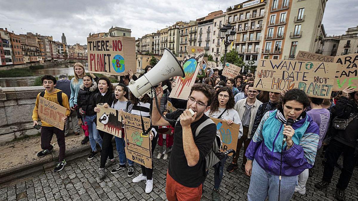 Joves gironins es manifesten per demanar tenir més cura del planeta en una foto d'arxiu. | DAVID APARICIO