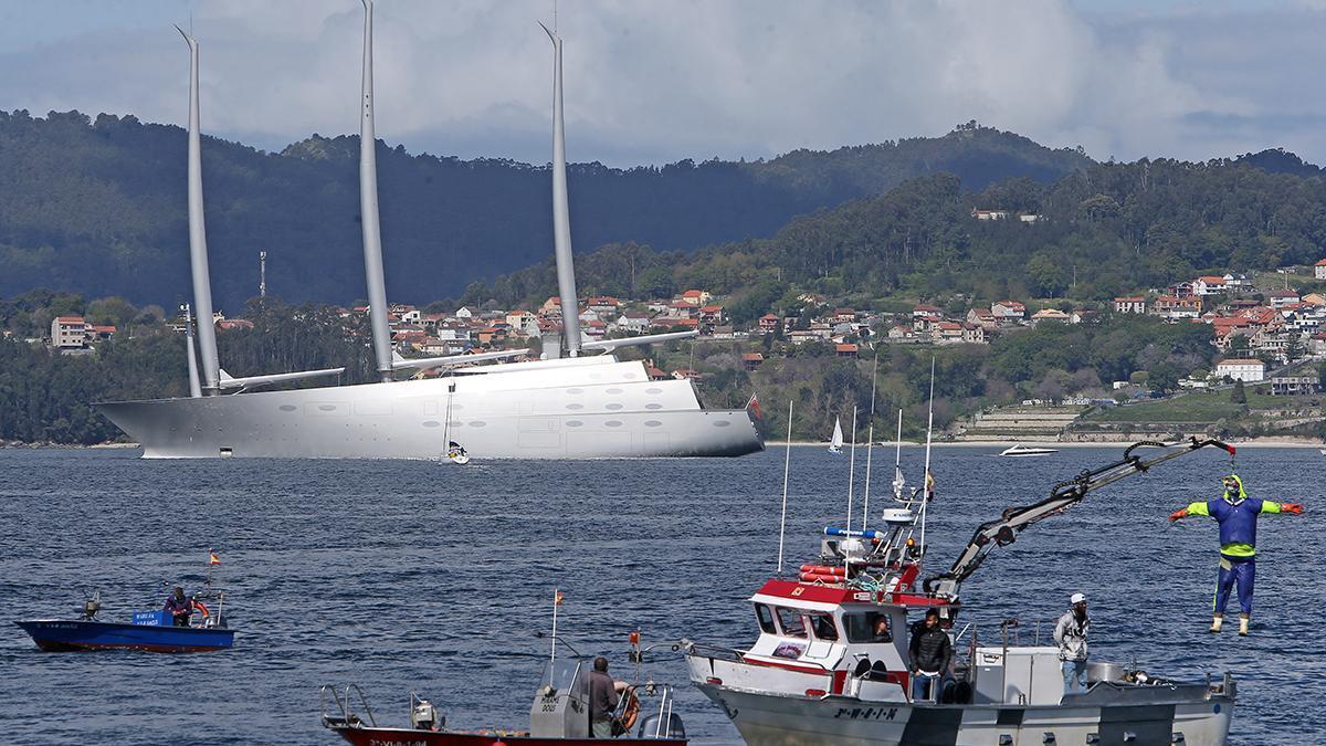 La llegada del velero coincidió con la protesta de la pesca de bajura