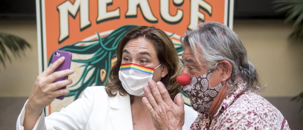 Ada Colau, junto a Tortell Poltrona, pregonero de la Mercè del 2020.