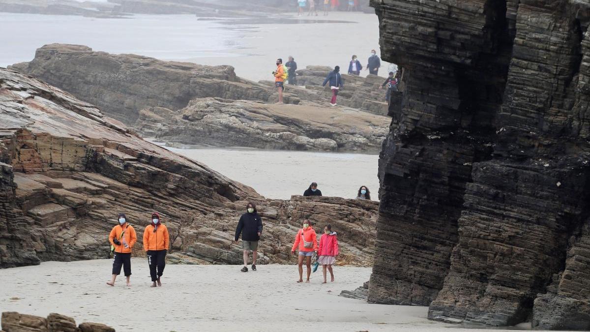 La turística playa de As Catedrais, casi vacía por el confinamiento. // E. Trigo