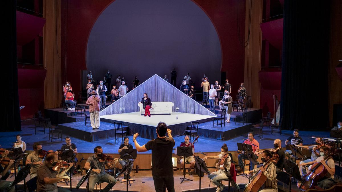 Rafael Sanchez Araña directs OSLP in La Traviata