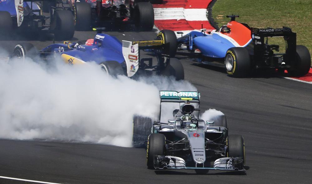 El piloto alemán llega a Malasia sabiendo que, de ahí hasta el final, le basta no cometer errores graves para hacerse con el título. Su pésima salida estuvo a punto de estropearle el día, pero logró acabar tercero por detrás de Ricciardo y Verstappen. La retirada de Hamilton le acerca al título.
