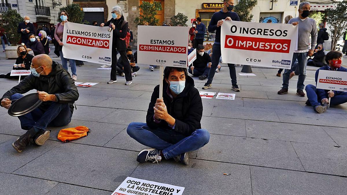 Sentada de hosteleros frente al Palau de la Generalitat, horas antes de la prórroga de ayer.   M. A. MONTESINOS