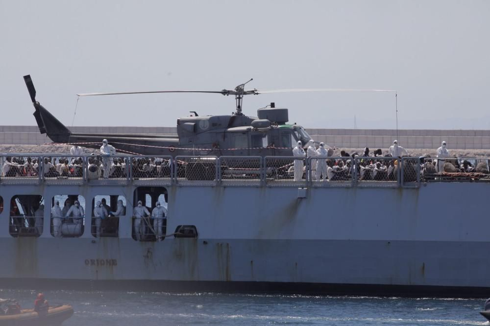 El barque Orione entra al Puerto de València