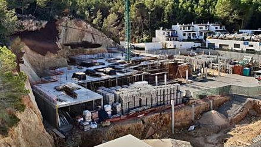 Sant Josep paraliza las obras del edificio de  viviendas Vadella 24 que invade el torrente