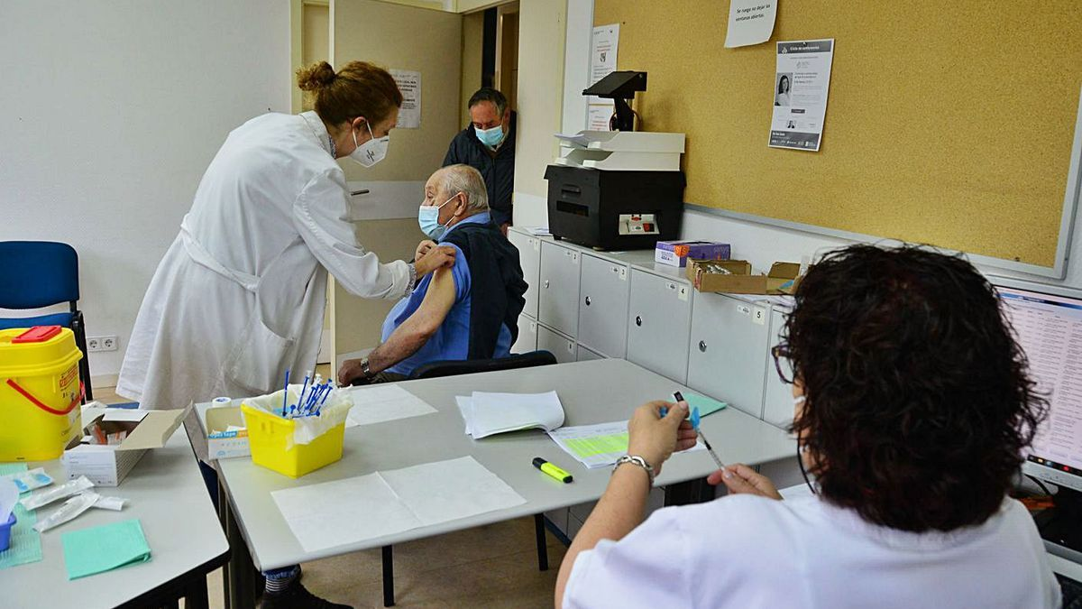 Imagen de archivo de las primeras vacunaciones en Cangas a mayores de 80 años.   | // GONZALO NÚÑEZ
