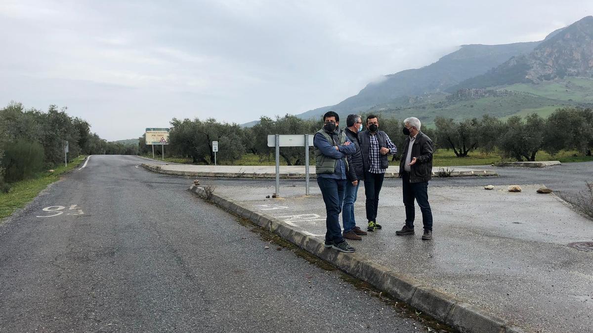 Francisco Salado ha visitado los tramos que se arreglarán junto al alcalde de El Burgo.