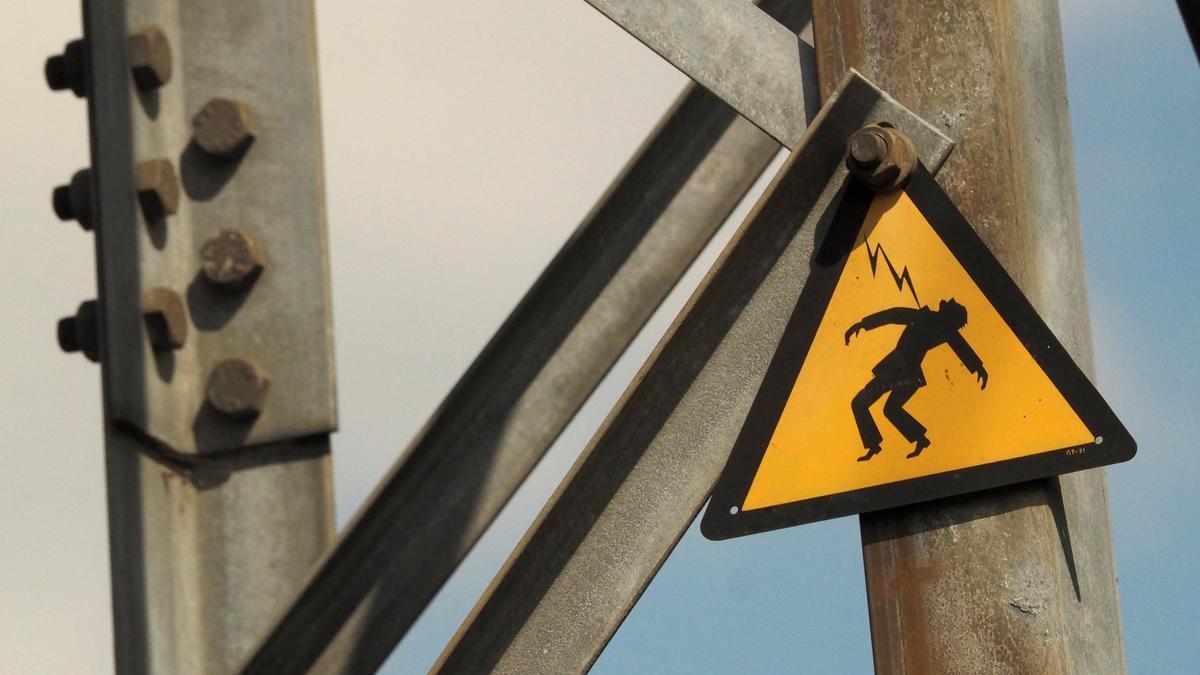 Un cartel de advertencia de alta tensión.