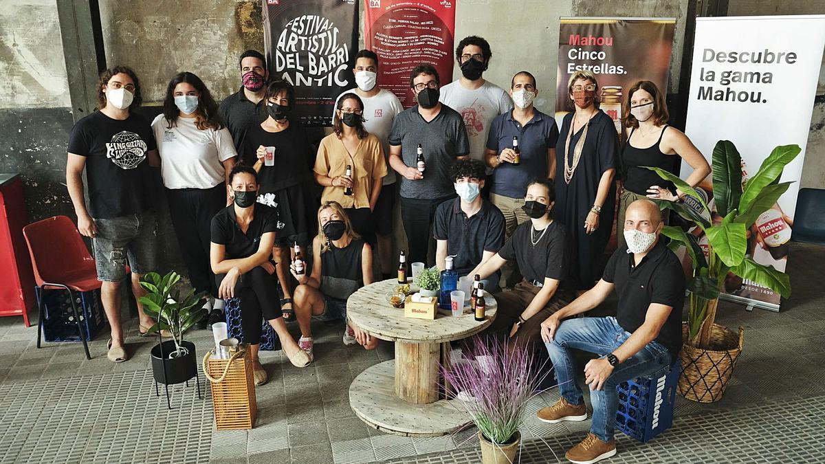 Artistes i organitzadors del FABA, el Festival Artístic del Barri Antic, ahir en la presentació del certamen a l'Anònima  | ALEX GUERRERO
