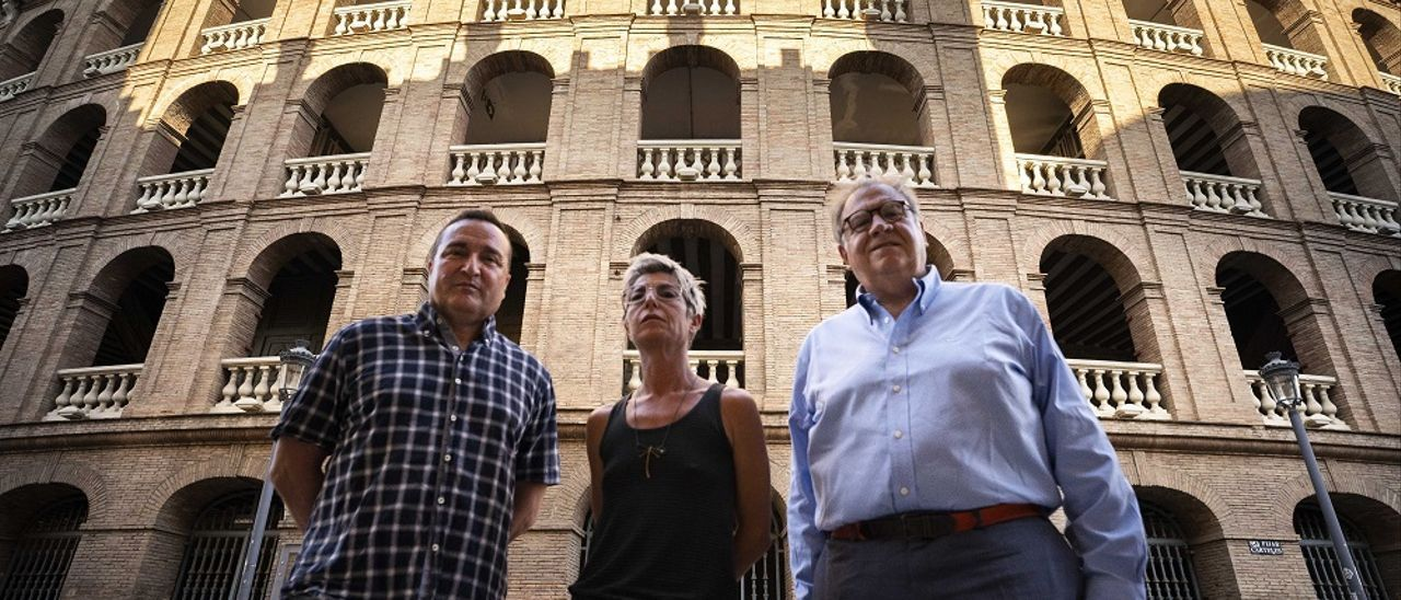 Carlos Marzal, Ana Luján y Jaime Siles, ante la plaza de  toros de València.