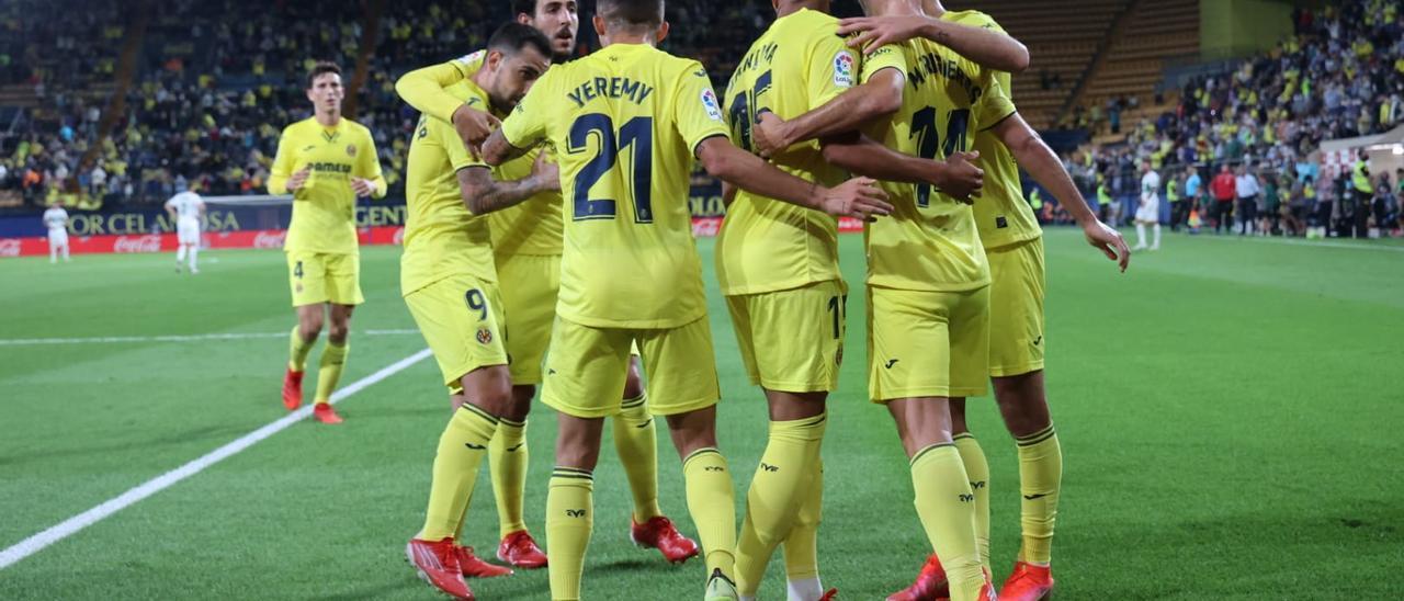 Los futbolistas del Submarino celebran la primera victoria de la temporada del Villarreal ante el Elche.