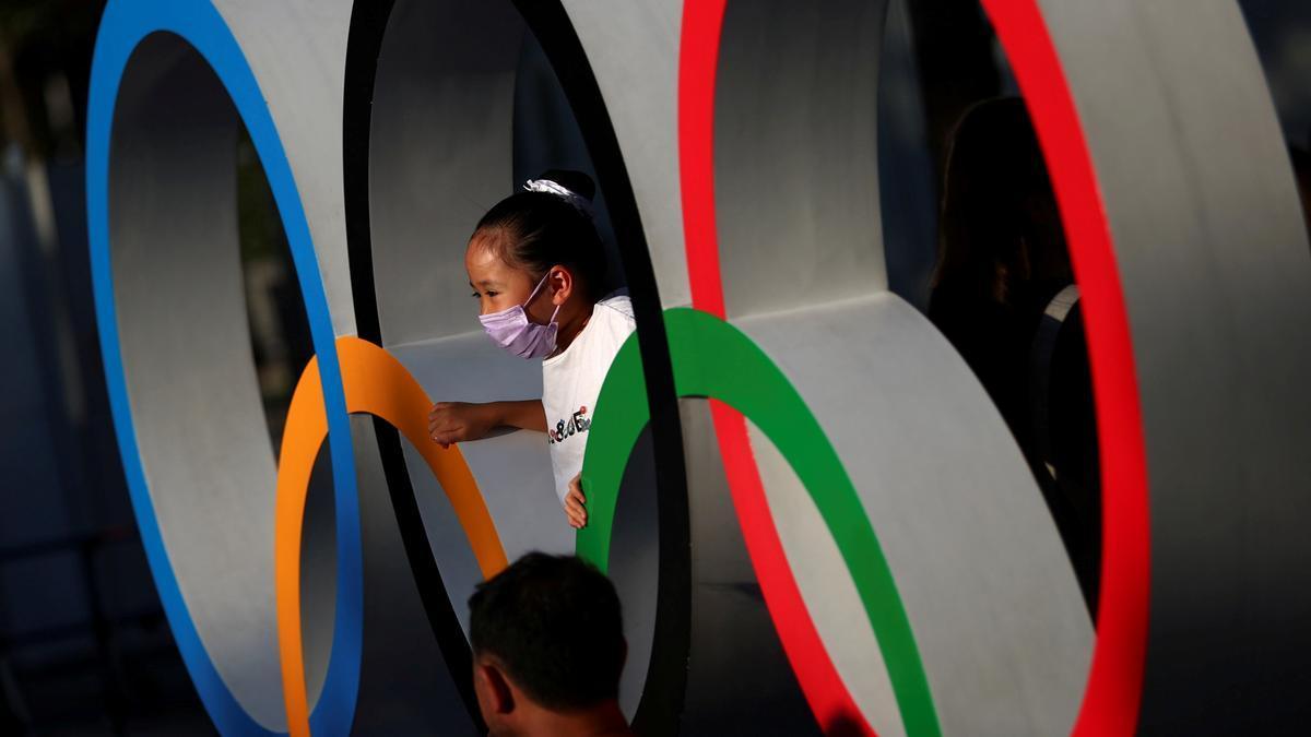 Una niña se hace una foto en los aros olímpicos, en los alrededores del Estadio Olímpico de Tokio.