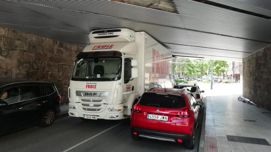 Un camión se atasca bajo el puente de Eduardo Pondal y provoca la intervención de Bomberos