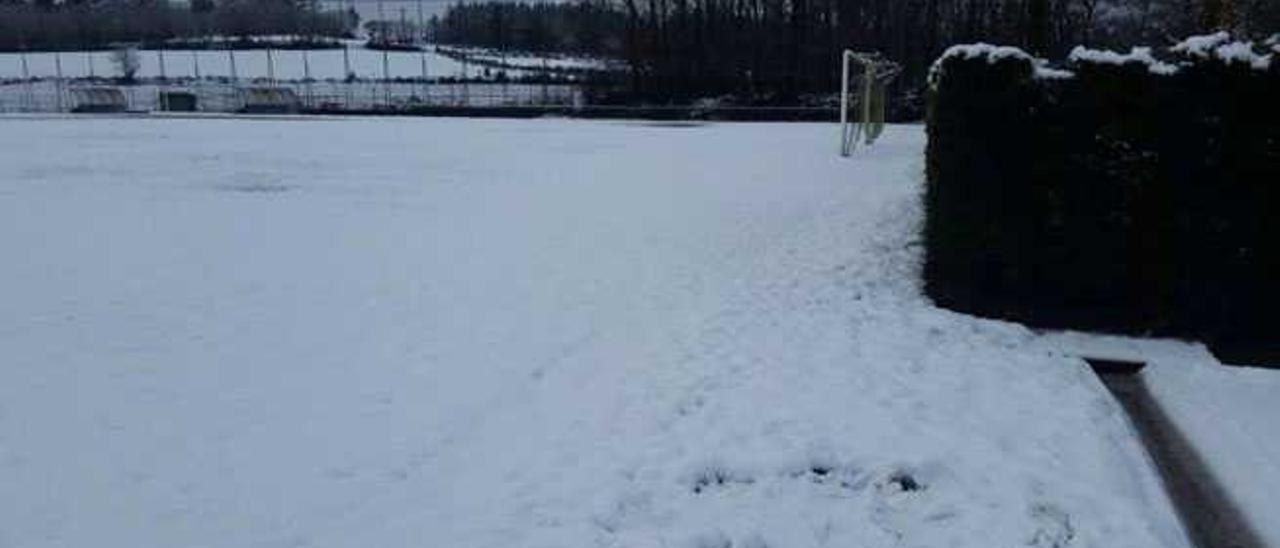 Los Campos de Fútbol A Campiña, ayer, cubiertos por la nieve, junto al Estadio del Ángel Carro, antes de la sesión de entrenamiento del Lugo.