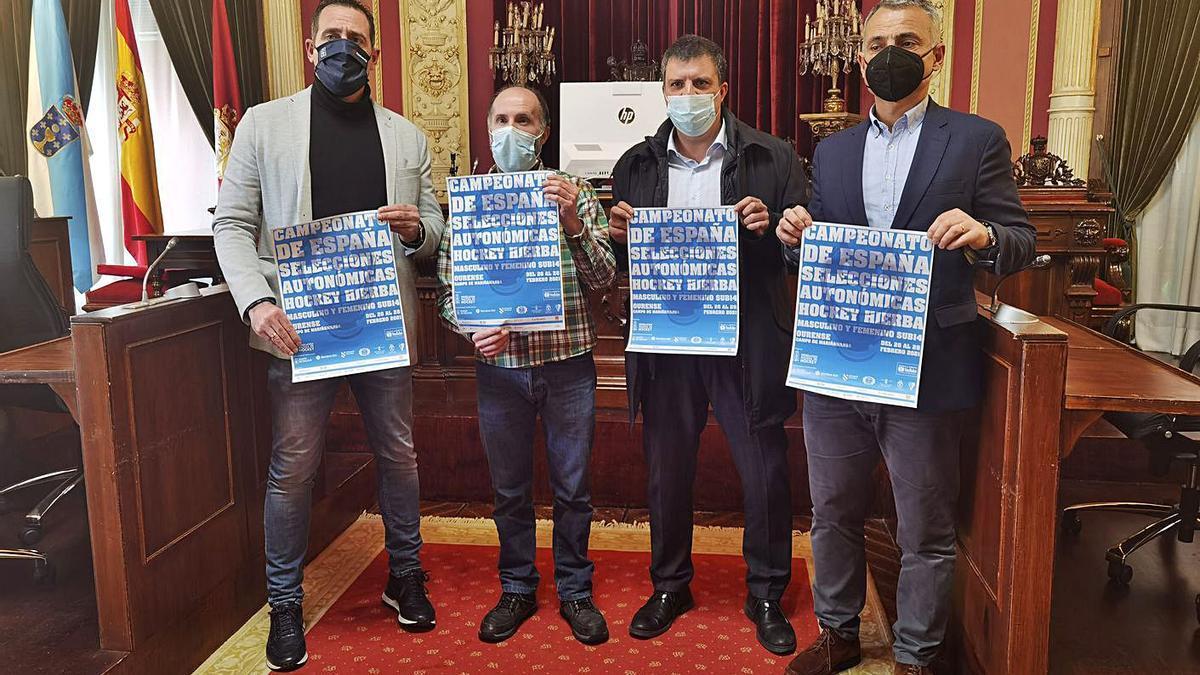 Manuel Pérez, Gonzalo Pérez Jácome, Alberto Estévez y Roberto Baratta con el cartel del Campeonato | // I. O.