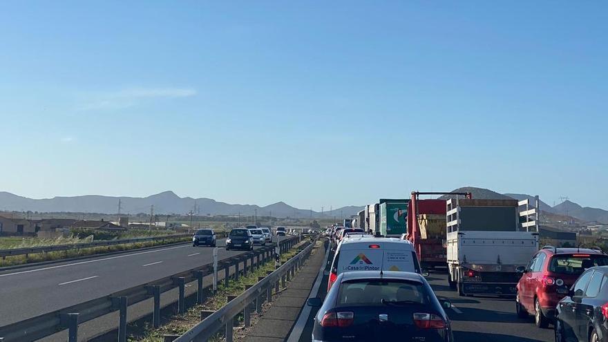 Importantes retenciones en la A-30 sentido Cartagena tras una colisión entre dos coches