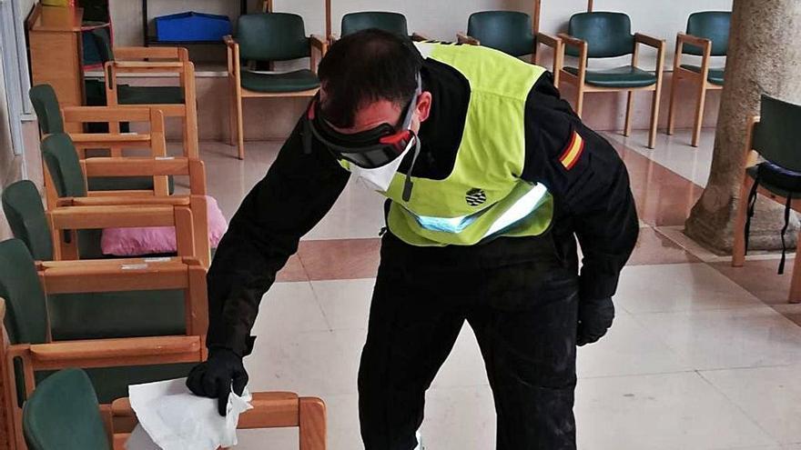 Un militar de la UME, ayer desinfectando estancias de una residencia de la provincia.