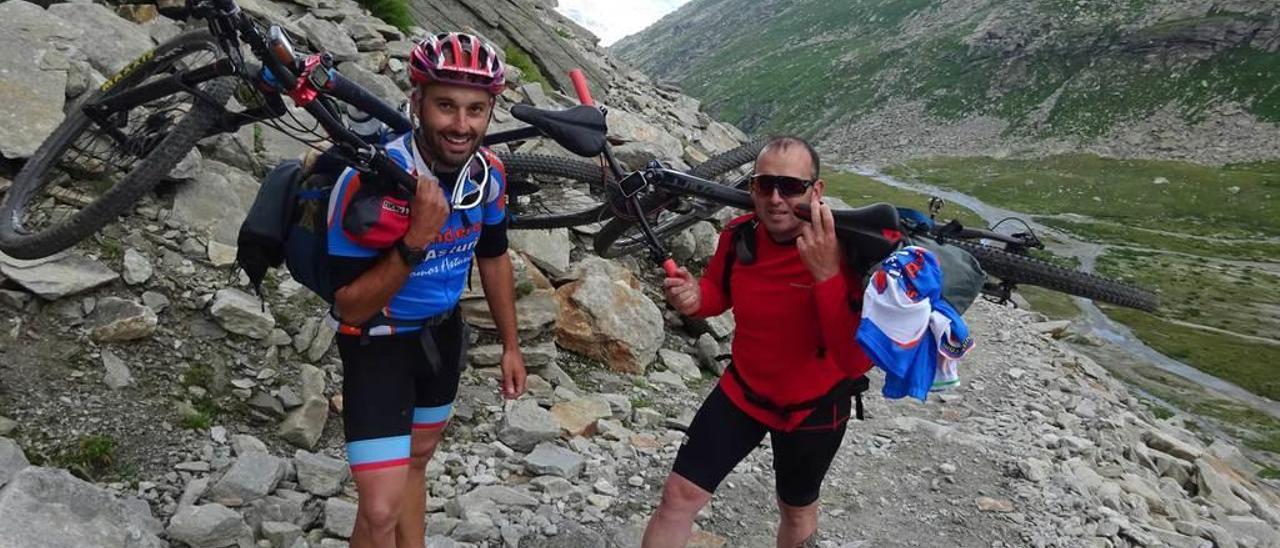 Jorge Fernández y Rubén Bulnes, con sus bicis a cuestas en la montaña.