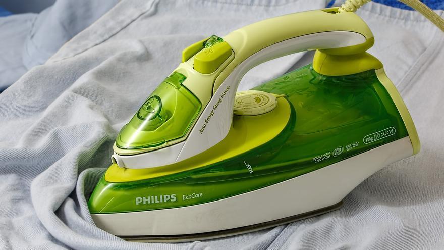 Esta es la forma de limpiar tu plancha y evitar quemaduras o agujeros en la ropa