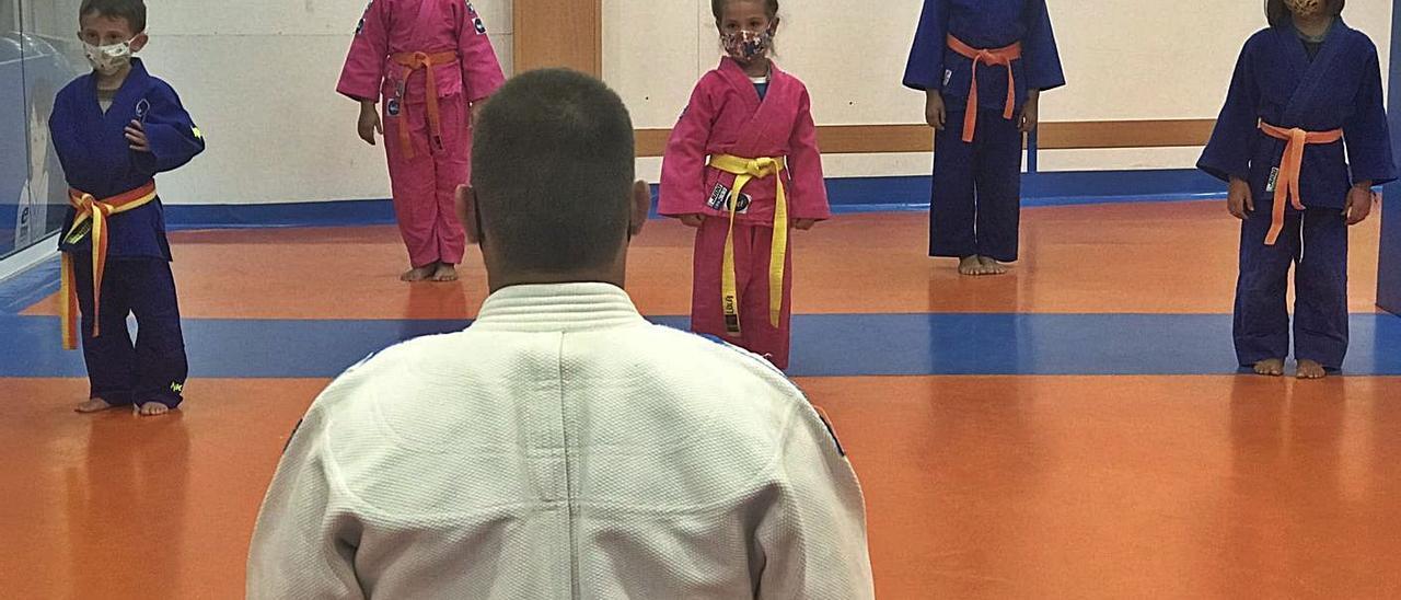 Un grupo de jóvenes judokas, con mascarilla.   | // CEDIDA