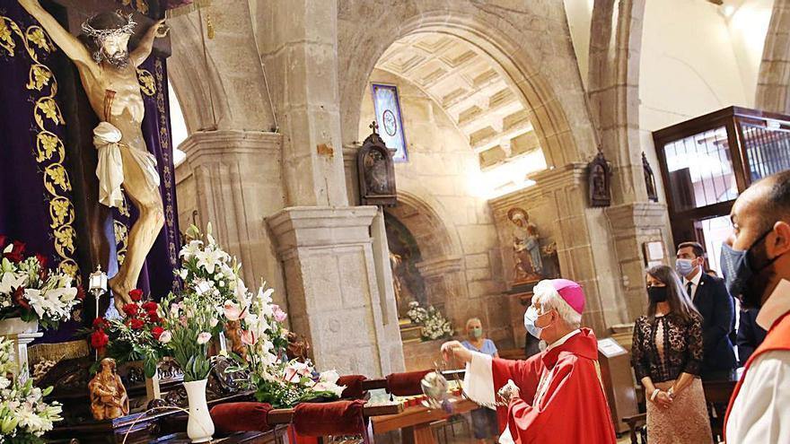 El obispo oficia en Bouzas la eucaristía en honor del Buen Jesús de los Afligidos