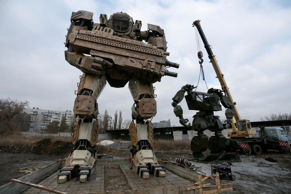 Robots fabricados por entusiastas locales y empleados de un taller de reparación de automóviles en Ucrania.