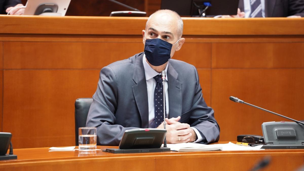 Francisco Pozuelo, director general de Tributos del Gobierno de Aragón, este lunes en la comisión de Hacienda de las Cortes de Aragón.