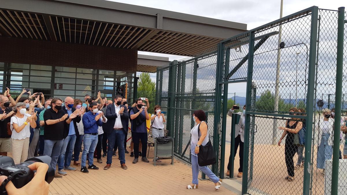 Dolors Bassa surt de la presó del Puig de les Basses després de la concessió dels indults.jpg