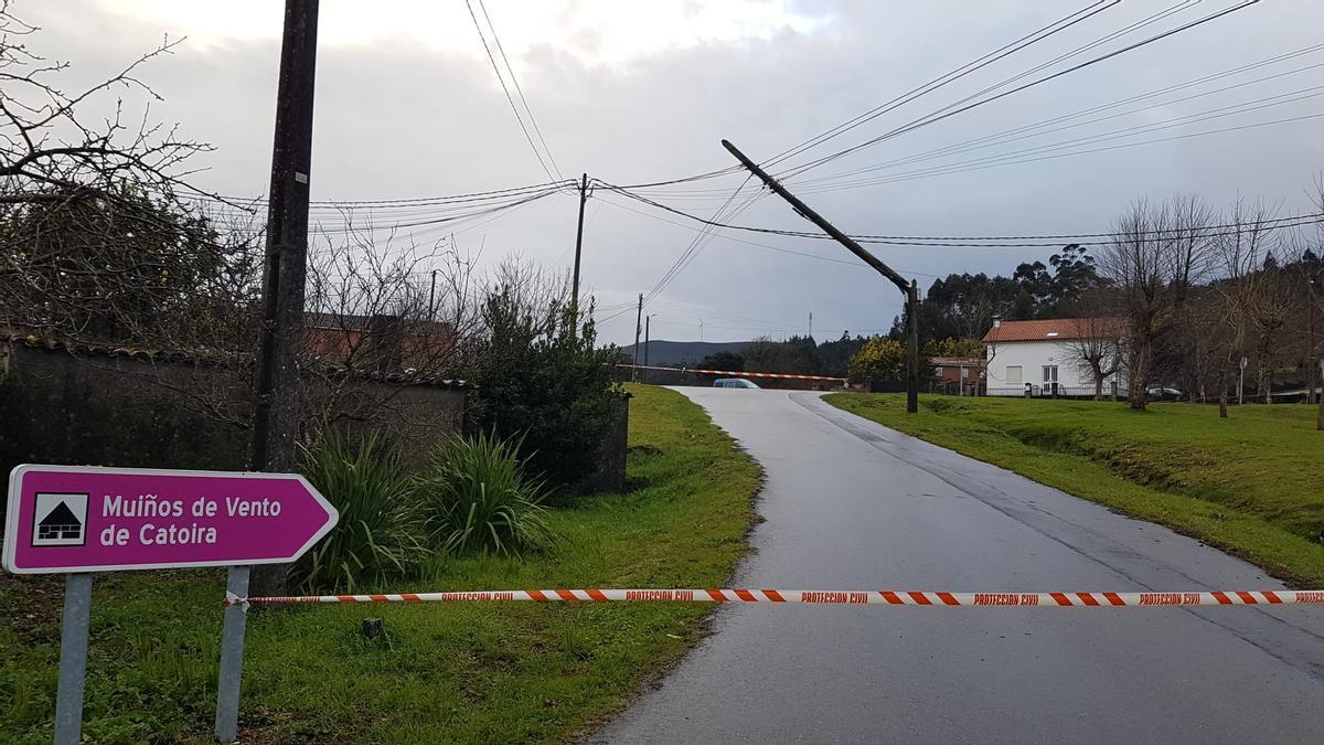 La carretera cortada y el poste partido.