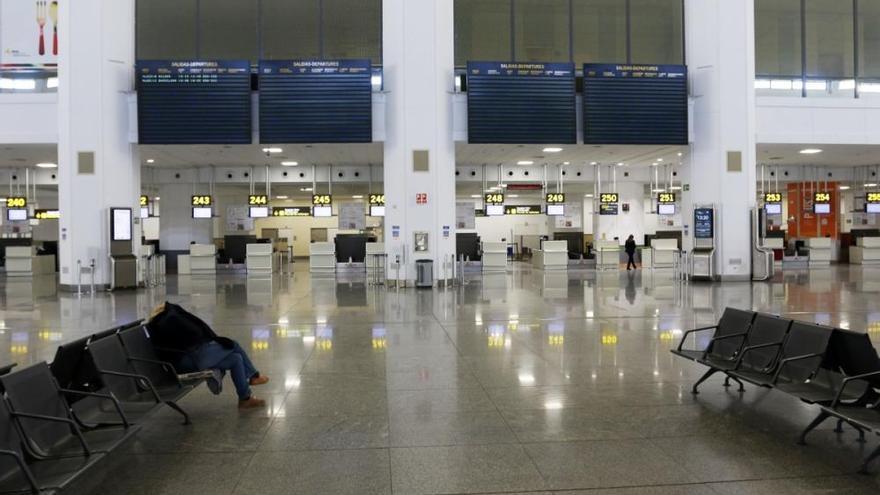 El Aeropuerto de Málaga desierto por la ausencia de vuelos