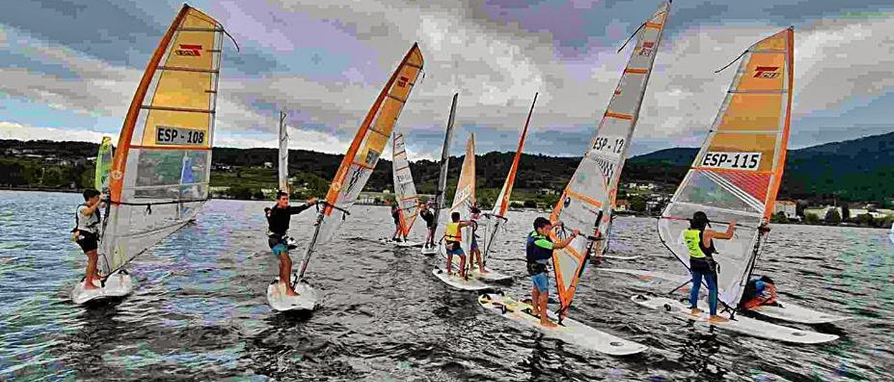Windsurfistas del C.N. Cangas en Castrelo de Miño. |  // FDV