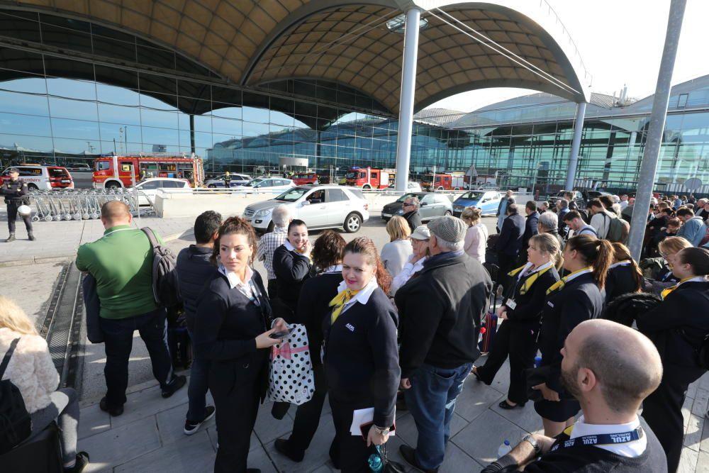 Los pasajeros desalojados de la terminal