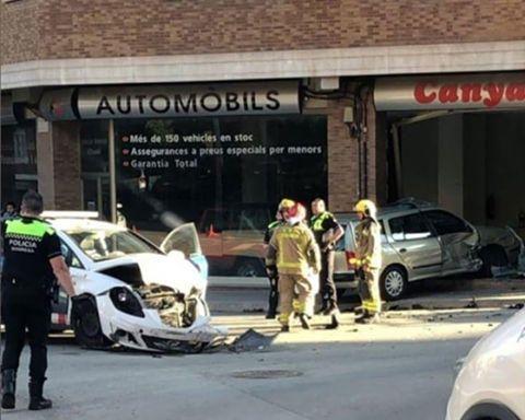 Espectacular accident entre un cotxe dels Mossos i un altre vehicle a Manresa